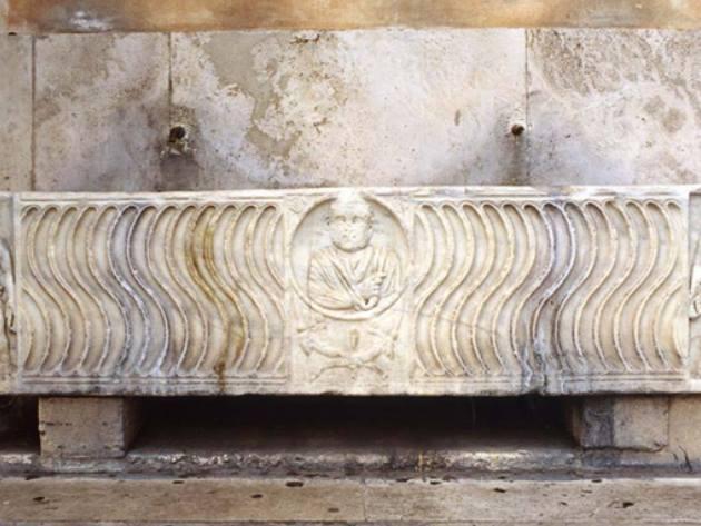 Fontana sarcofago lato Caserma Giacomo Acqua