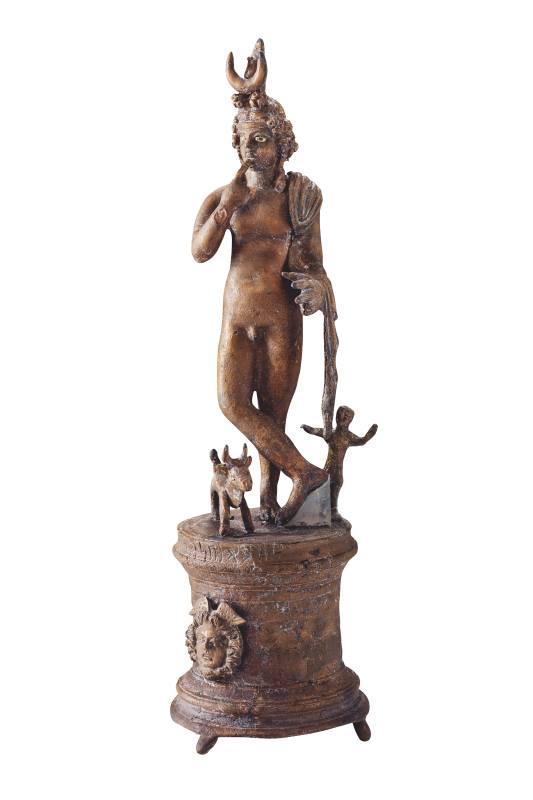 Statuetta di Arpocrate con nome del proprietario o dell'artista I-III secolo d.C. Bronzo  Qaryat al-Faw Museo del Dipartimento di Archeologia, King Saud University, Riad