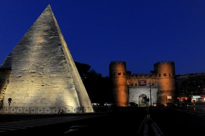 Piramide Cestia e Porta San Paolo by night