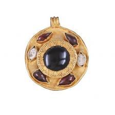 Pendente rotondo con granati e perle incastonate II secolo d.C. Oro, cabochon di granato a goccia e perle,Tomba di Ayn Jawan Museo Nazionale, Riad