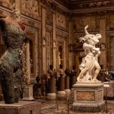 Ratto di Proserpina, Gian Lorenzo Bernini, 1621-22, e Grecian Nude, 2013, Collezione privata, Ph. by A. Novelli © Galleria Borghese – Ministero della Cultura © Damien Hirst and Science Ltd.