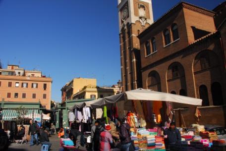 Il mercato di San Lorenzo e il campanile dell'Immacolata